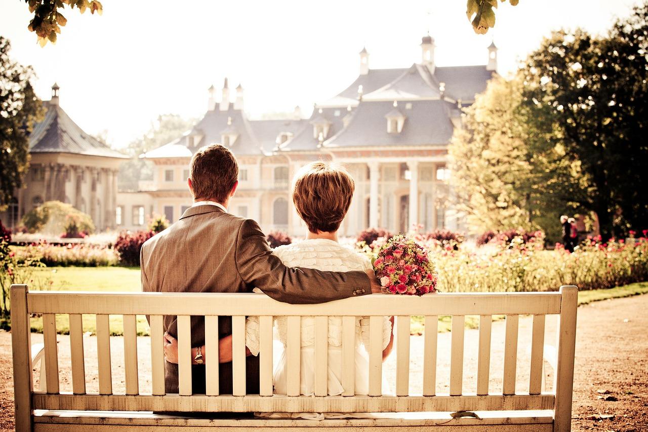 カップルがベンチに座っている写真