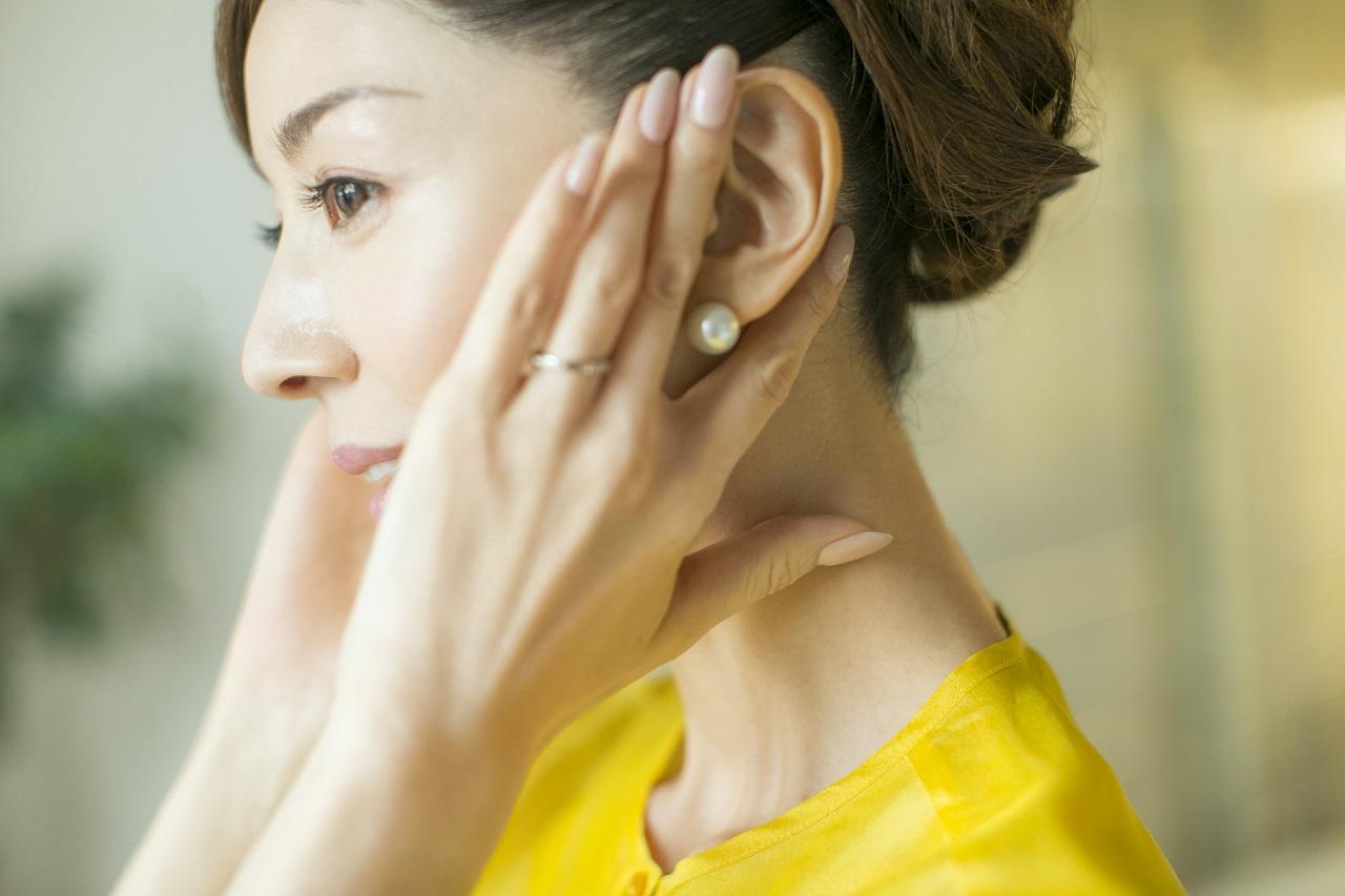 人差し指と中指の間に耳を挟み、やさしくほぐすように動かす耳まわりのマッサージ。少しの時間でも血行がよくなったような感覚に。
