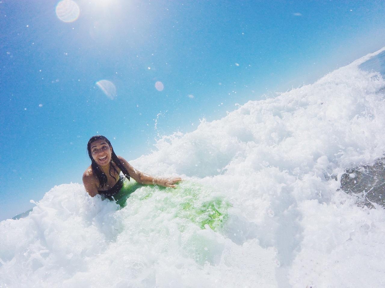 波打ち際の少女