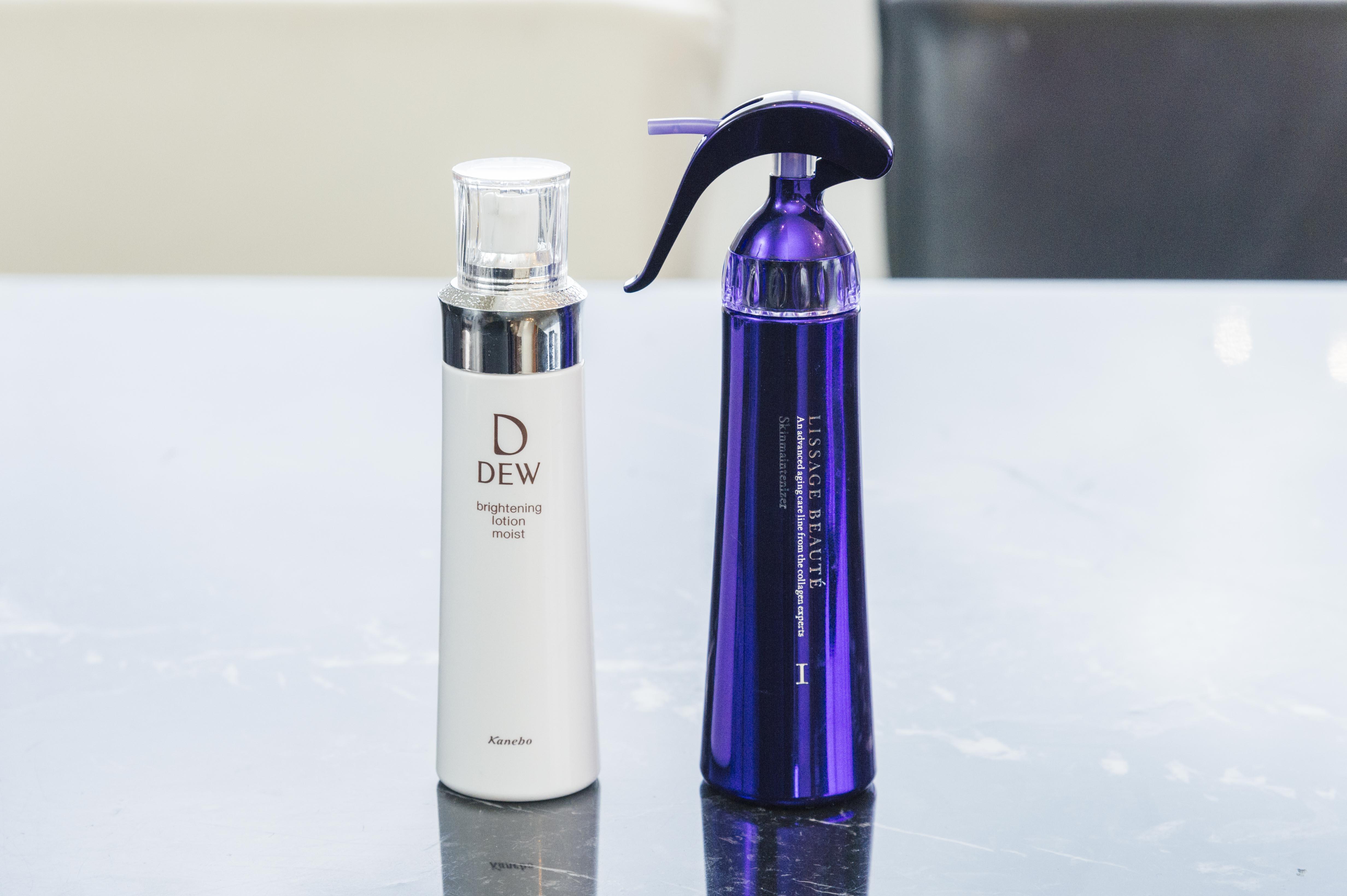 黒田さんお気に入りの化粧水2品。(左)スプレータイプの『リサージ ボーテ スキンメインテナイザー』。(右)『DEWブライトニングローション』は、さっぱり・しっとり・とてもしっとりの3タイプがある。そのはたらきの速さが黒田さんのお気に入りポイント。