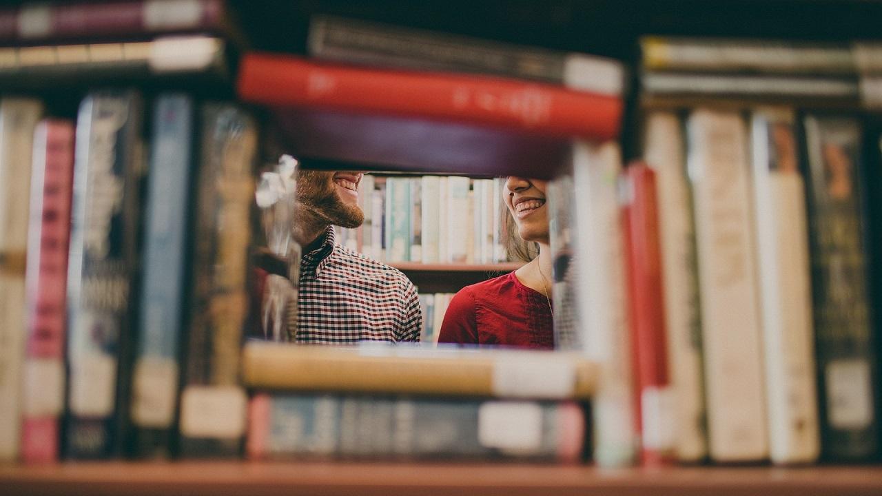 本棚越しの笑顔