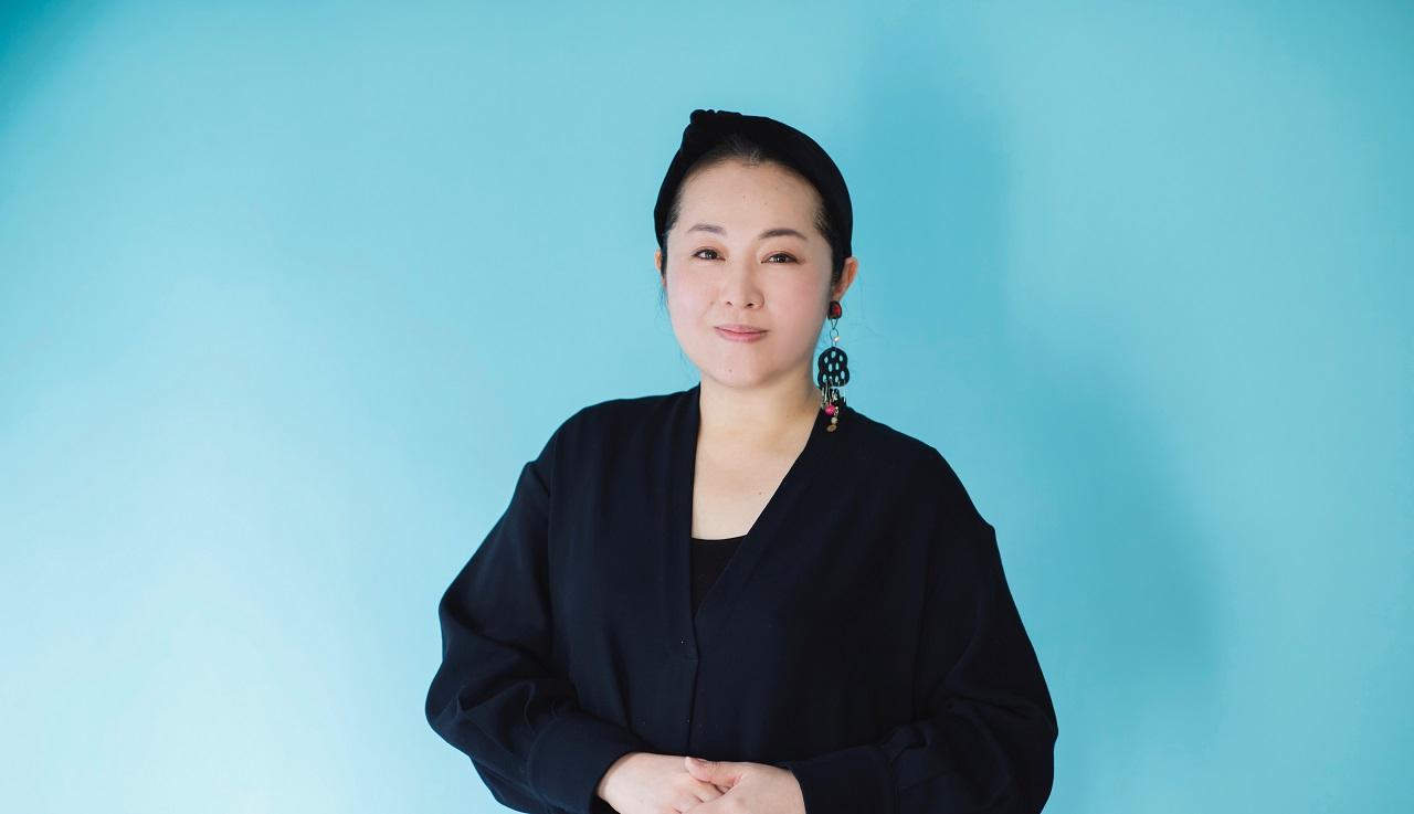岡田いずみさん ヘア&メイクアップアーティスト 大手化粧品メーカーに在籍し、広告ビジュアル、ファッションショー、商品開発などに携わったのち、フリーランスとして活動をスタート。多くの女性ファッション誌や美容雑誌、広告、アーティストのビジュアルを手がける。透明感とツヤをまとう肌づくりに定評があり、女優、タレントからの指名も多数。