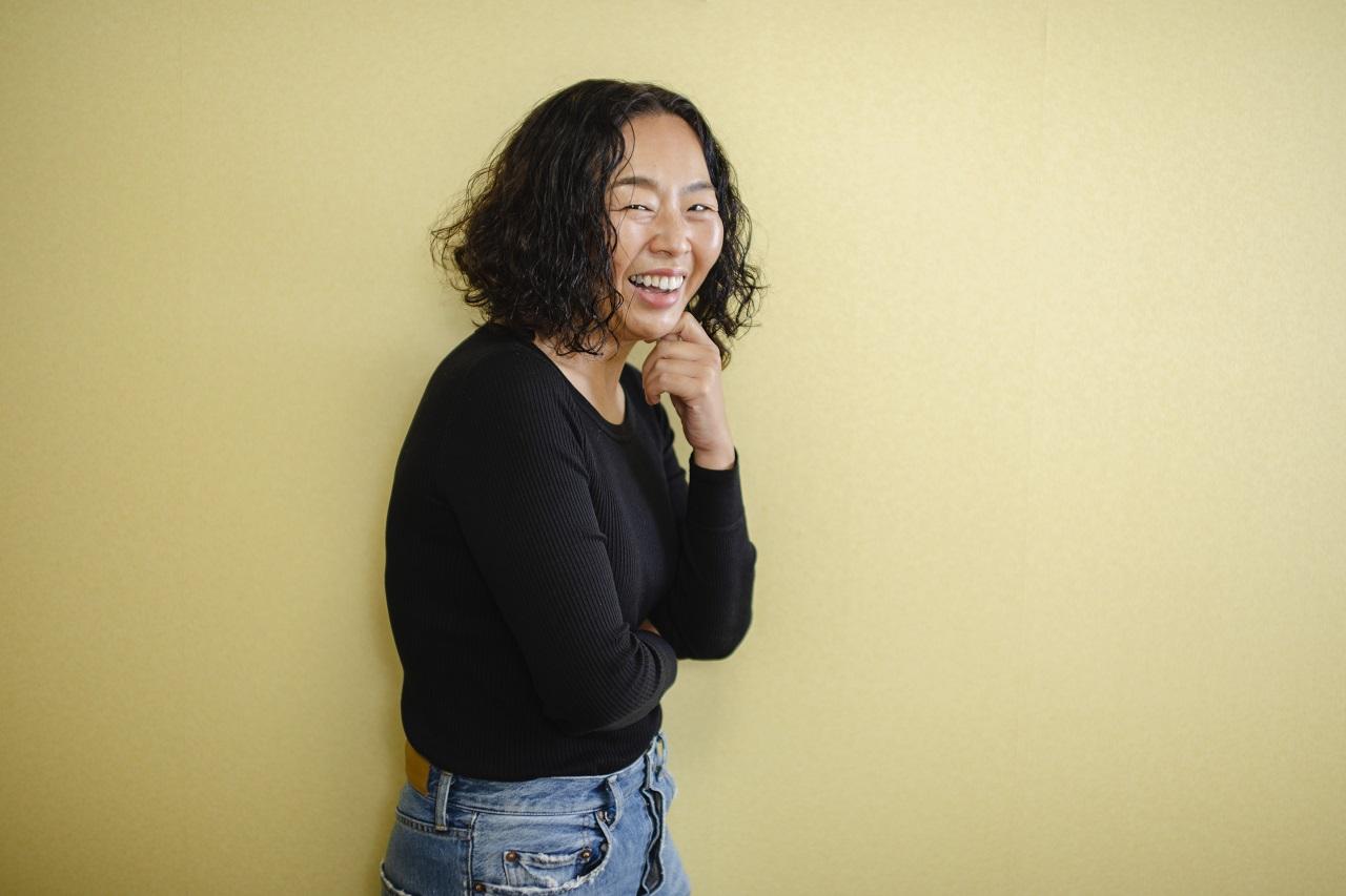 岡田知子(おかだ・ともこ)さん ヘア&メイクアップアーティスト 日本大学芸術学部に入学後、メイクスクールを経て、NYへ渡米。数々のコレクションに参加し、2006年より日本に拠点を移し活動。コレクションをはじめ、多くのファッション誌や美容雑誌、広告を手がける。色と質感にこだわったトレンド感溢れるメイクで、スタイルのあるお洒落な女性像をつくり上げる天才。