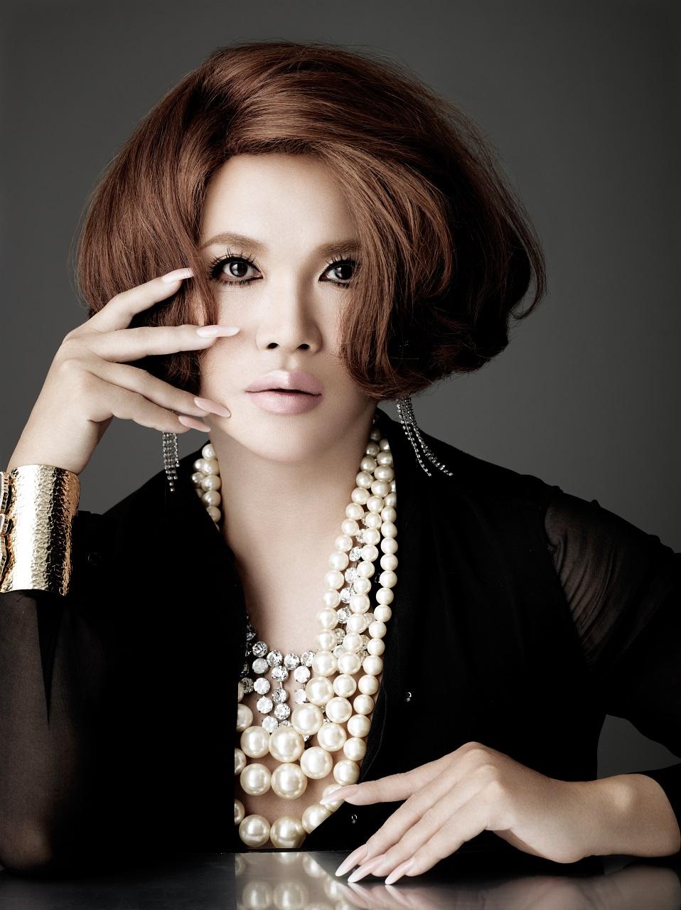 IKKO(いっこう) 1962年福岡県出身。高級美容室「髪結処サワイイ」で8 年間修業の後、ヘアメイクアップ アーティストを目指して独立。数々の雑誌の表紙をはじめ、テレビCM、舞台等のヘアメイクを通してIKKO 流「女優メイク」を確立し、絶大な信頼を獲得。幼少期から抱えていたコンプレックスを乗り越える事により、生き方学を身につけ、世間から多大なる共感を得る。現在は、美容家として活躍する傍ら、そのセンスを活かして振袖をはじめ、様々な商品開発、執筆や講演、音楽活動などにとどまらず、プロデューサーとしても活躍の場を広げている。さらに、韓国観光名誉広報大使に任命され「2009年ソウル観光大賞」をはじめ、数々の賞を韓国で受賞するなど、活躍の場は海外にまで広がっている。