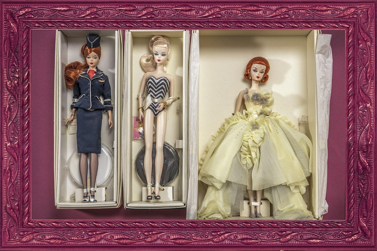 「バービー人形は、いつの時代も私のファッションリーダー。完璧な洋服のコーディネートとヘアメイクに身を包んだバービーは、永遠の憧れです。膨大なコレクションのごく一部ですが、左のキャビンアテンダントのバービー、最高に素敵でしょう? 幼いころの私の憧れのユニフォームでした」