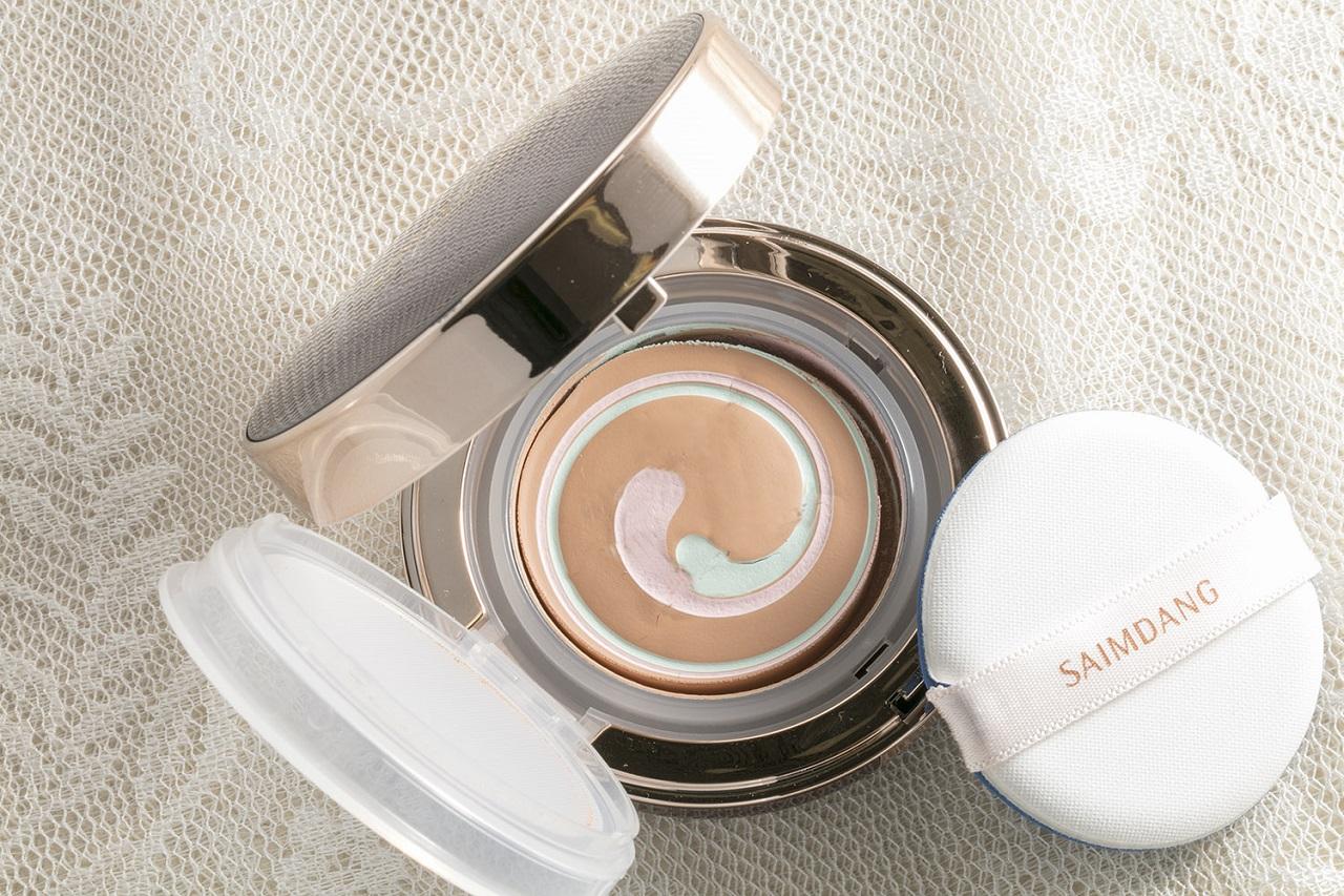美容液、紫外線カット(SPF50+/PA++++)、化粧下地、コントロールカラー、ファンデーションの多機能ファンデーション。美容成分を34種71%配合。グリーンとピンクのコントロールカラーとファンデーションが肌の上でフィット、毛穴レスの上品肌を叶えます