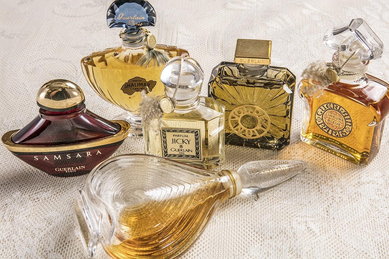 ゲランの香りはまさに「芸術」の域。(手前から左に)シャマード、サムサラ、シャリマー、ジッキー、夜間飛行、ルール ブルー(すべてゲラン)