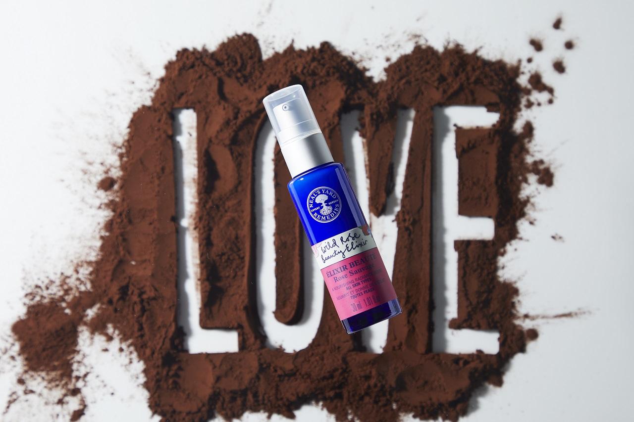 「ビタミンCのチャージ」と「肌表面の貯水力」という観点から、紫外線ダメージを抑えるケアを可能に。天然ビタミンやリノール酸などの美肌成分が豊富なローズヒップ、潤いをサポートするヒアルロン酸の働きで、カサつきだけでなく、くすみまで防ぐジェル状の美容液。