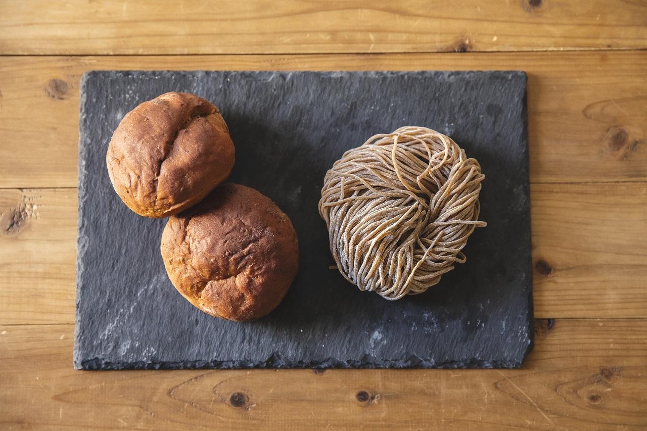 左は「ベースブレッド」。26種のビタミン&ミネラル、28.1gのたんぱく質、6.8gの食物繊維など、からだに必要な栄養素がぎゅっとつまった完全栄養のパン。糖質35%OFF。