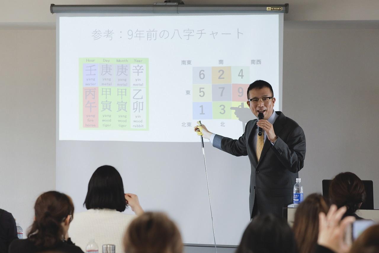 セミナーのワンシーン。熱心にチャートの解説をする田中さん。参加者も真剣そのもの。