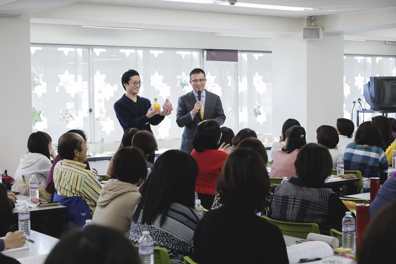 セミナーでイケメンが登場! 多くの女性参加者が釘付けに♡ 田中さん曰く、「私の地元の後輩がボランティアとして手伝ってくれています。風水は関係ないのですがあしからず(笑)。」。私のミーハー心もどよめいてしまいました(反省)。