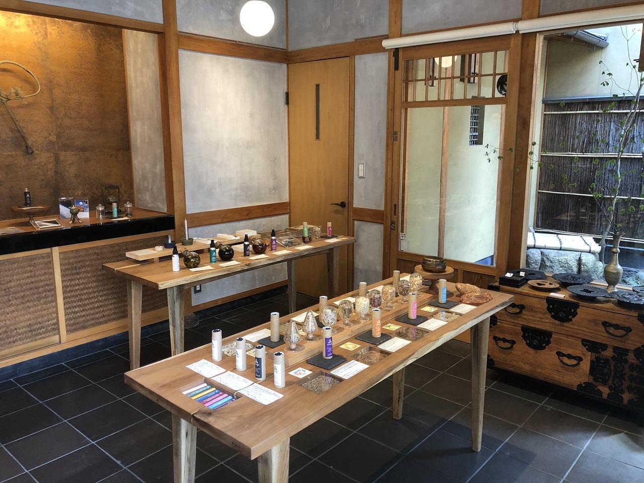 整然と並べられたオリジナルお線香の数々。日本の文化が感じられる店内のあしらいにホッとして。