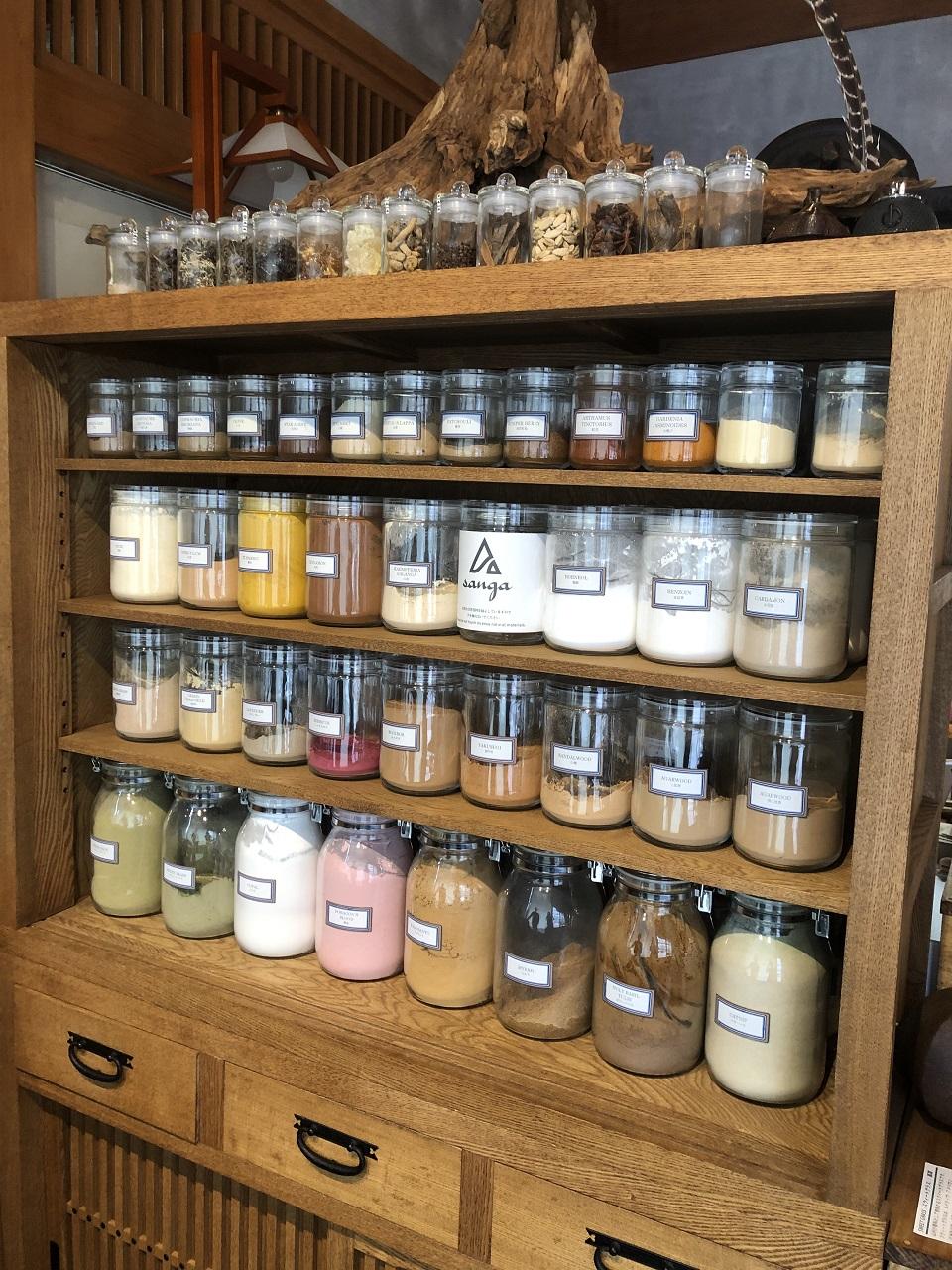 世界の9種の香りがベースとなった香料の粉。