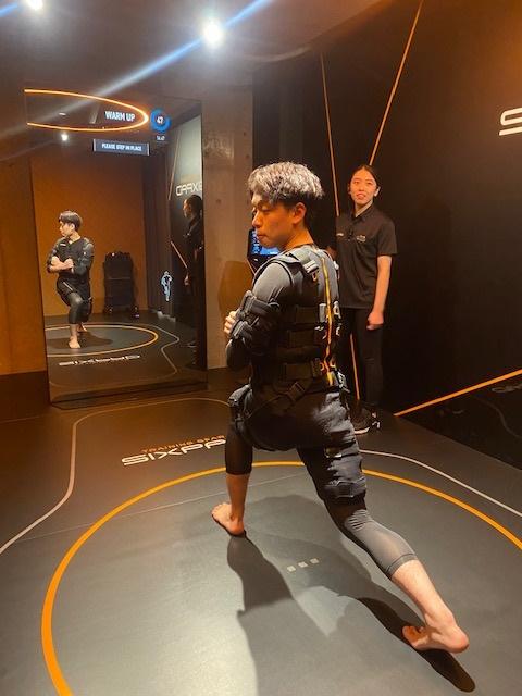 EMS専用スーツを装着した専属トレーナー。まるで「巨人の星」の星飛雄馬が取り付けられた矯正ギブスのよう。