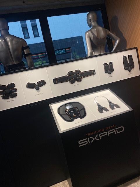 ジム内には様々なSIXPADが並んで…。見てるだけで締まった気分に!?