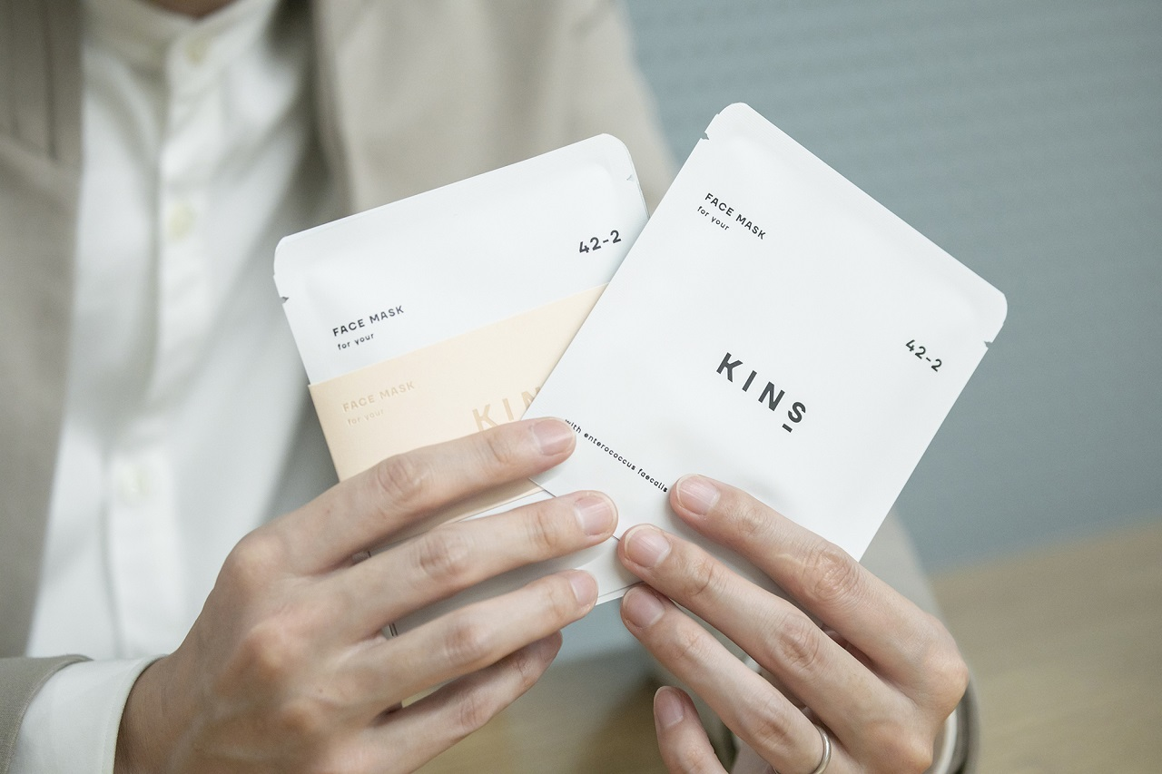 乳酸菌「E-12」などの美肌菌のための発酵美容成分配合のフェイスマスク。4枚入り¥2,980・税別/KINS