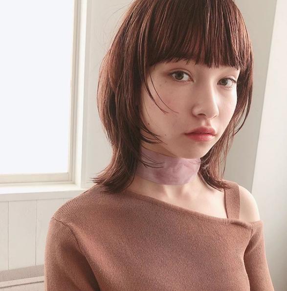 """モードな重めの前髪とレイヤーのシルエットの組み合わせは、ちょっと""""攻めたい""""感度の高い大人女子に。きれいな面のツヤめきで女性らしさも忘れずに。designed by 津田恵さん"""