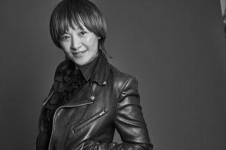 yUKI(ユキ)さん メイクアップアーティスト。パリのメイクスクール「クリスチャンシュボー」で学び、卒業後はパリ、ロンドン、N.Yなどで活動。数々の海外メゾンのコレクションやモード誌の撮影を経験し、1998年に帰国。以降、日本をベースに活動し、海外セレブリティやアーティストが来日したときはメイクの指名を受けるほど、卓越した技術とセンスに各分野のプロフェッショナルたちから絶大な信頼を集めている。2009年、多くの女性をきれいにしたいと「yUKI TAKESHIMA」を立ち上げ、「yUKI Brush」「BISOU」を展開。