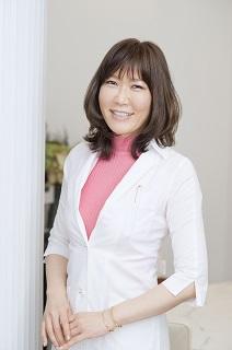 田路(たじ)めぐみ先生 医師 東京大学医学部卒業後、大学病院や公立病院勤務などを経て「松倉クリニック&メディカルスパ」勤務。専門は皮膚科、形成再建外科、抗加齢・予防医療。クリニックでは育毛外来も担当。従来の治療や薬の処方だけではく、栄養や生活指導、ホルモンやストレスまで考慮した、総合的な育毛治療が評判を呼んでいる。著書に「東大医師が教える最強の育毛革命」(集英社) ■松倉クリニック&メディカルスパ 東京都渋谷区神宮前4-11-6表参道千代田ビル9F https://www.matsukura-clinic.com/