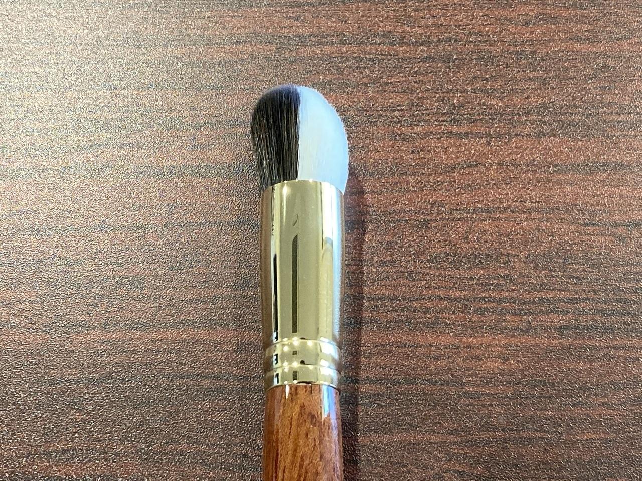 リキッドファンデーションを伸ばす黒い毛と、なじませる白い毛という2種の毛で作られた業界初の「リキッドファンデーションブラシ」¥4,800・税別