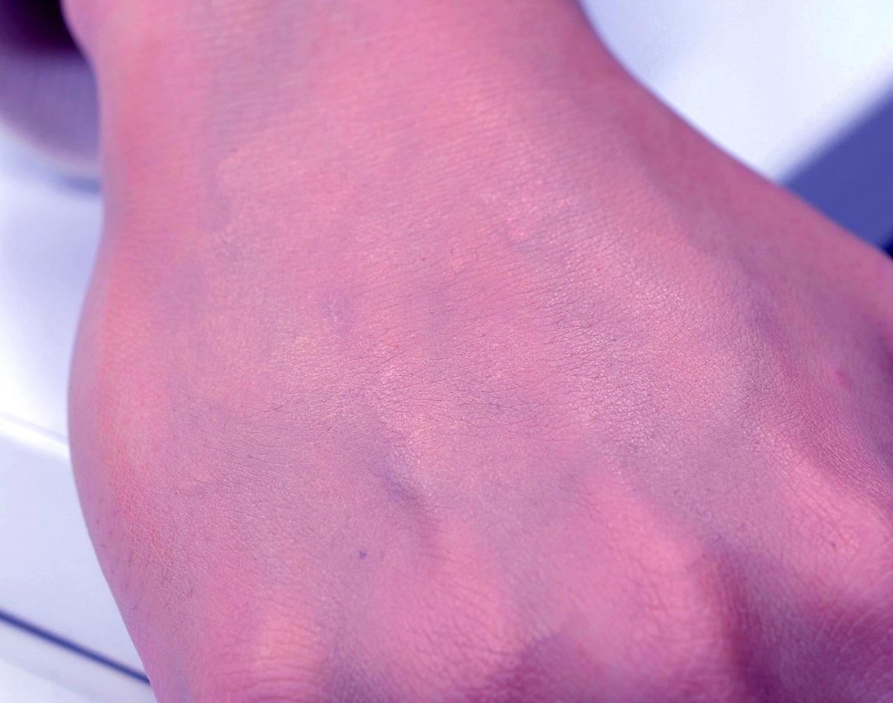 メイクスポンジやパフを使用すると、濃いところと薄いところのムラができる。