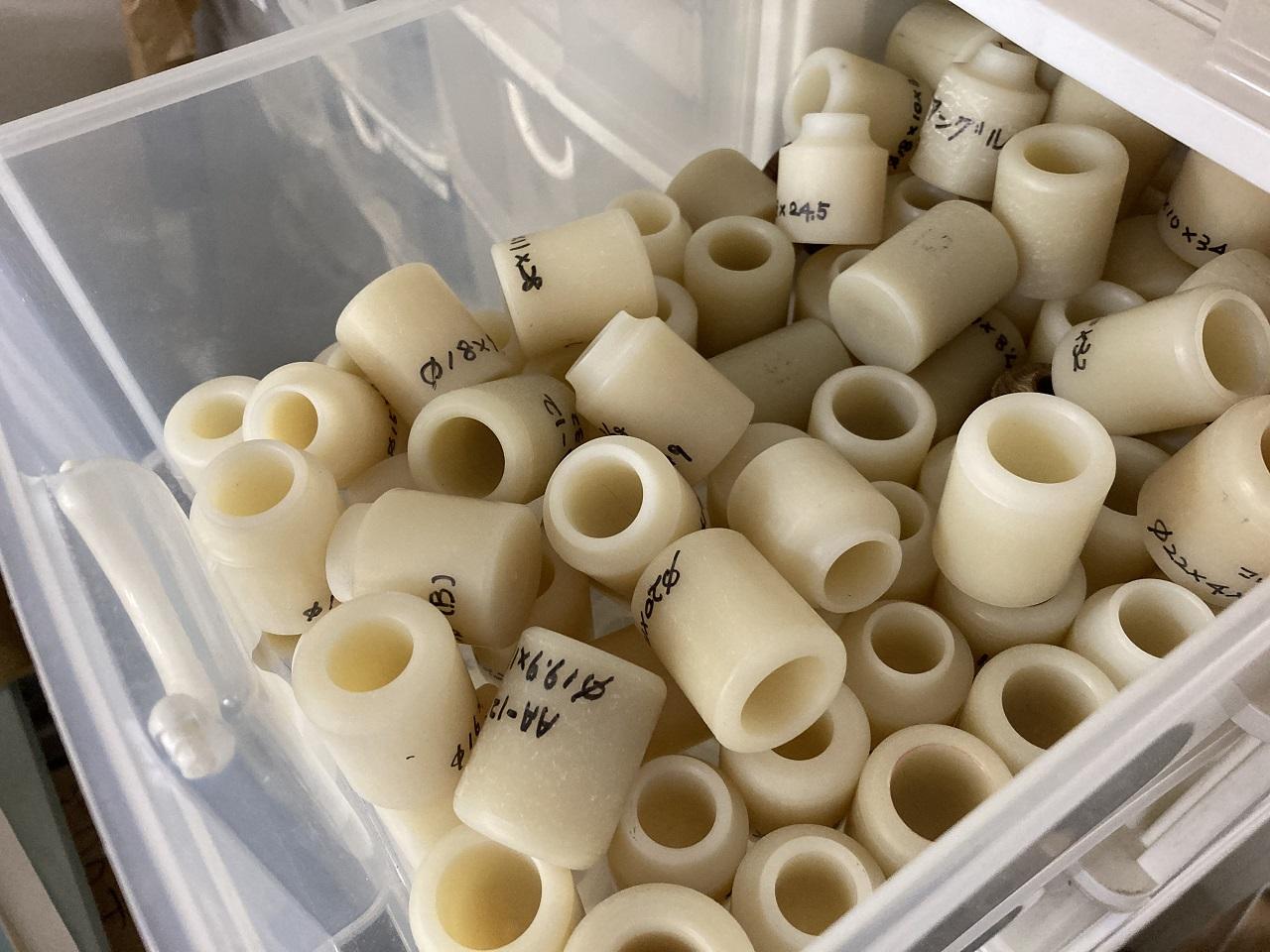 何段にも積み上げられた棚には、オリジナルのコマが何百個も入っている。