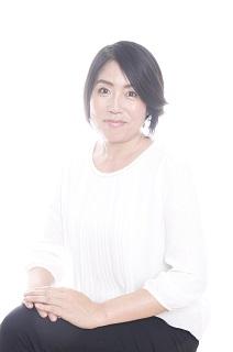 津村玲子(つむら・れいこ)さん  一般社団法人 日本オイル美容協会所属本部認定講師・シニアオイルソムリエ「オイルのある暮らしを文化へ」というテーマに掲げる「一般社団法人 日本オイル美容協会」を通じ、健康と美に不可欠なオイルの大切さを多くの人々に伝える活動を行う。「一般社団法人 日本オイル美容協会」では、飲食や美容、スポーツ、予防医療などの現場や企業やとも連携をとり、さまざまな普及活動を行うほか、教育に力を入れ「オイルソムリエ検定」などの資格検定講座をはじめ、世界唯一の食と美容のオイルスペシャリストを育成。一般の暮らしに役立つ講座も開講し、幅広い層に向け活動を行う。https://www.oil-biyou.jp/