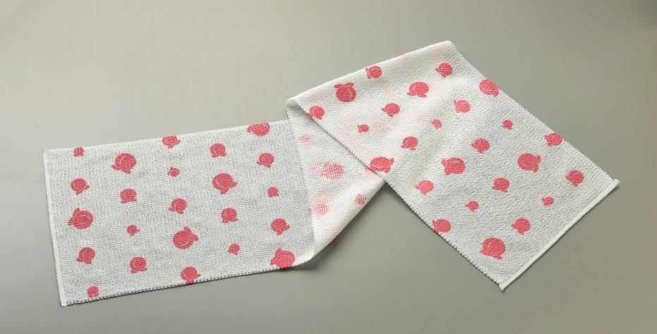 お風呂でできる桃尻ケア。桃エキスが配合されたタオルは全身にも使用可!桃柄の特殊樹脂が、ざらつきやうぶ毛を優しくからめとります。桃尻 ヒップケア タオル¥900・税別(コジット)