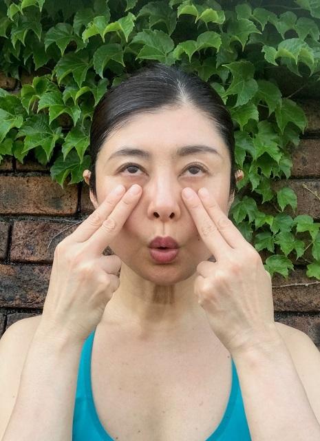 次に、下まぶたを上まぶたに向かって引き上げるようにピクピクと素早く動かします。目線は上向きがやりやすい。2本の指で触れることで、下まぶたの筋肉が動くのが確認でいます。終わったらまぶたをギュッと閉じてリラックスしましょう。 スキンケアの最中やお風呂に浸かりながらなど、トータル100回を目標に。リズミカルに行うとアッという間にできますよ。20回ずつを3〜5回に分けて行ってもよいでしょう。