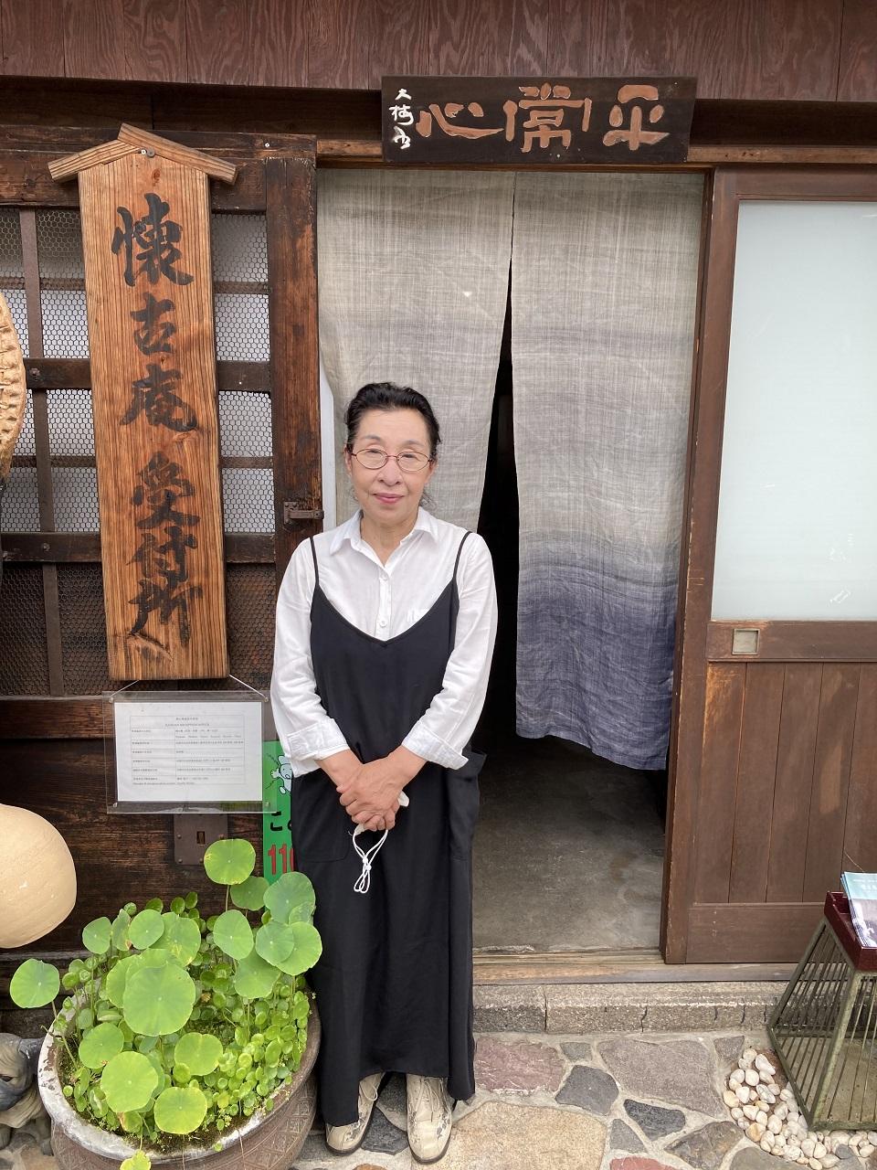 温かく出迎えてくれた懐古庵店主の鷲尾澄子さん。肌が白くすべすべしていたのが印象的だった。