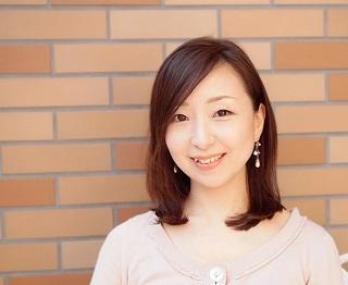 """望月佳子(もちづき・よしこ)さん 『生活の木』マーケティング本部 コーポレートプロモーション担当 日本アロマ環境協会認定アロマテラピーアドバイザー、アロマハンドセラピストの資格も保持。公式SNSの企画・運営、新商品PRのWeb制作、メディア対応などの仕事を通し、ハーブやアロマの良さを多くの方に伝える。3歳のお子さんのためにも""""できるだけナチュラルなものを""""の思いから、今の時期はユーカリやシトロネラの精油で空間用のスプレーを手作りし、愛用しているそう。"""