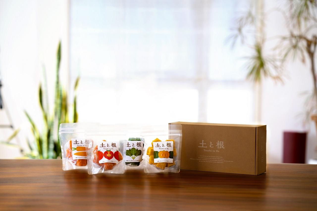 「土と根」の離乳食は、全国から厳選した有機野菜を使用。急速冷凍技術を導入し、安全と美味しさにこだわっています。トマト、にんじん、ほうれん草、かぼちゃのセットは、ギフトにも好評。冷凍キューブ4個 オリジナルギフトボックス¥5,000(税込・送料別/土と根(Kazamidori)