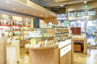 『生活の木』 エッセンシャルオイルやコスメ、食品など幅広いアイテムを取り扱う。東京・表参道にある直営店をはじめ、店舗は全国に展開。アロマカフェやアーユルヴェーダサロン、メディカルハーブガーデンのほか、カルチャースクールを展開し、ライフスタイルの提案を幅広く行う。全国の直営店はhttps://www.treeoflife.co.jp/shop/