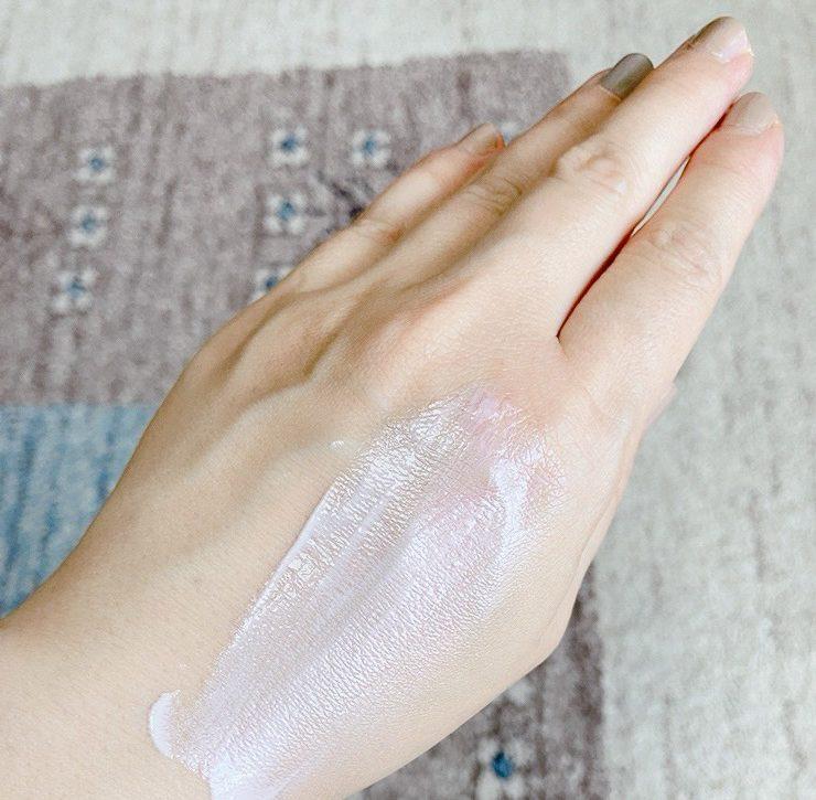 乳液とクリームの間くらいのテクスチャー。とても伸びが良く、パール大の半分の量で手の甲全体に塗れてしまうほど。